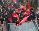 Xe chở U23 Việt Nam diễu hành giữa rừng cờ đỏ sao vàng