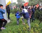 """Nhiều cây xanh """"biến dạng"""" dưới chân biển người đón U23 Việt Nam"""