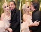 Lady Gaga dịu dàng như công chúa, khóa môi bạn trai sau cánh gà