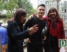 Tiền vệ Quang Hải âm thầm đi taxi về thăm người thân