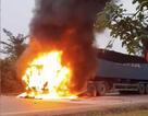 Xe container cháy dữ dội, tài xế và phụ xe may mắn thoát thân