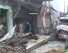 Tránh người sang đường, xe container tông sập hàng loạt nhà dân