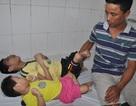 Bố mẹ nghèo nghẹn đắng ôm cùng lúc 2 con bại não đến viện