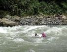 Philippines: Giáo viên bơi qua 14 khúc sông để mang con chữ đến học trò