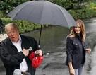 Ông Trump bị chỉ trích vì che ô một mình, để vợ đầu trần dưới mưa