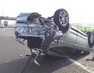 3 người hoảng loạn kêu cứu trong chiếc ô tô lật ngửa trên cao tốc
