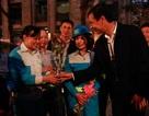 Nụ cười rạng rỡ của nữ công nhân môi trường khi được tặng hoa 20/10