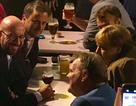 Thủ tướng Đức, Tổng thống Pháp rủ nhau uống bia sau giờ họp
