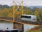 Rùng mình cảnh cây cầu cũ oằn mình đỡ xe buýt quá tải chạy qua