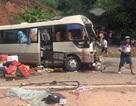 Va chạm kinh hoàng giữa xe khách và xe tải, 12 người nhập viện