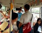 """Cặp đôi vô tư diễn """"cảnh nóng"""" trên xe buýt khiến phụ xe bức xúc"""