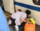Bất cẩn xem điện thoại lúc đợi tàu, mẹ sau đó hốt hoảng mò tìm con gái biến mất dưới đường ray
