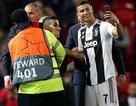 """C.Ronaldo """"selfie"""" với fan cuồng lao vào sân ở trận gặp MU"""