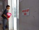 Mạng xã hội dậy sóng khi thấy chồng trẻ sốt sắng, tay cầm hoa chờ vợ trước phòng sinh