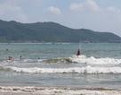 Nha Trang: Du khách tắm biển bất chấp sóng lớn, vùng xoáy nguy hiểm