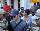 Fans bao vây Nick Jonas và bạn gái hơn 10 tuổi tại sân bay
