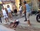 Camera ghi lại cảnh côn đồ mang dao phóng lợn vào tận nhà dân truy sát dã man