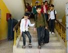 Cậu bé người Thái 7 năm đến trường trên đôi chân bạn