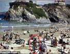 """Xôn xao hình ảnh """"người du hành thời gian"""" trong một bức ảnh cũ"""