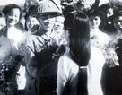 Nữ sinh thướt tha áo dài đón đoàn quân tiếp quản Thủ đô ngày 10/10/1954