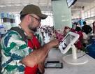 """Hành khách """"chấm điểm"""" sân bay Nội Bài qua máy tính bảng tại chỗ"""