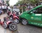 Taxi tông hàng loạt xe máy đang chờ đèn đỏ