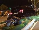 Ô tô leo dải phân cách, tông đổ hàng loạt cây xanh