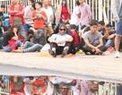 Cổ động viên nhịn đói xếp hàng thông trưa đợi mua vé trận Việt Nam - Malaysia