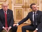 Ngôn ngữ cơ thể khác lạ của ông Trump khi gặp Tổng thống Pháp