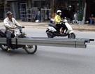 """Xe chở sắt thép """"siêu cồng kềnh"""" hoành hành ở Hà Nội"""