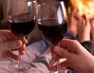 """Uống rượu trước khi """"yêu"""": Thăng hoa hay nguy hiểm?"""