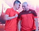 Công Vinh thân thiện bên Roberto Carlos