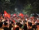 Hàng nghìn cổ động viên Việt Nam đổ về hồ Gươm ăn mừng chiến thắng trước Malaysia
