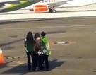 Hành khách bất ngờ lao ra đường băng để chạy đuổi theo máy bay vì trễ giờ