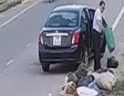 Xử phạt nguyên cán bộ Phòng LĐ-TB&XH lái ô tô xả rác giữa đường