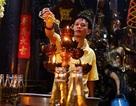 Du khách nước ngoài thích thú trước hình ảnh người dân đi chùa ngày rằm