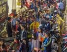 """Cuối ngày Black Friday, phố quần áo Hà Nội đông nghịt người """"vớt"""" hàng giảm giá"""