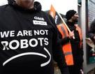 """Nhân viên Amazon biểu tình trong ngày Black Friday: """"Chúng tôi không phải robot !"""""""