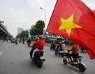 Hàng trăm cổ động viên diễu hành trước trận Việt Nam gặp Campuchia