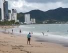 Sóng lớn cuồn cuộn do ảnh hưởng bão số 9, du khách vẫn vô tư đi tắm biển