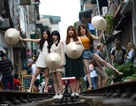 """Báo Tây viết về việc du khách mạo hiểm chụp """"tự sướng"""" tại xóm đường tàu ở Hà Nội"""