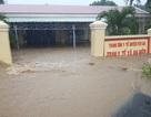 Nước lũ chảy cuồn cuộn ở Phú Yên, đôi vợ chồng thoát chết đầy may mắn