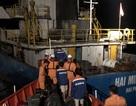 Tàu chở 1.000 tấn tinh bột va đá ngầm, 3 người rơi xuống biển