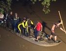 Bé gái 7 tuổi bị xe máy tông rơi xuống sông mất tích