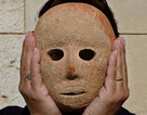 Tìm thấy mặt nạ bằng đá sa thạch siêu hiếm 9.000 năm tuổi