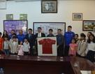 Ban huấn luyện tuyển Việt Nam thăm và giao lưu với các trẻ em Làng SOS Hà Nội