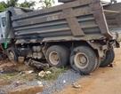 Xe tải đổ dốc cuốn xe máy vào gầm, 1 người tử vong