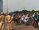 """Hà Nội: Hàng trăm người dắt xe máy ngược chiều trên vỉa hè để """"né"""" phạt"""