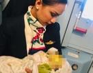 Nữ tiếp viên hàng không cho con của hành khách bú ngay trên máy bay