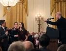 """Phóng viên CNN bị Nhà Trắng cấm cửa và những lần """"đấu khẩu"""" với Tổng thống Trump"""